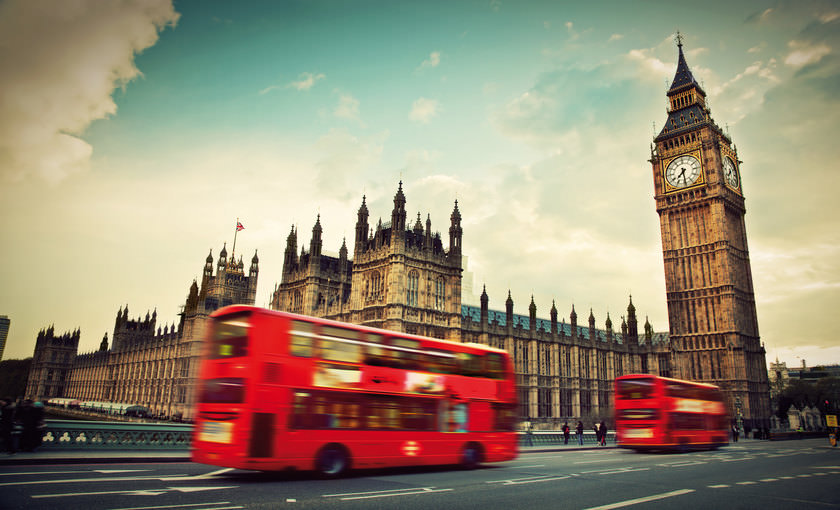 Rode bus bij Big Ben in Londen