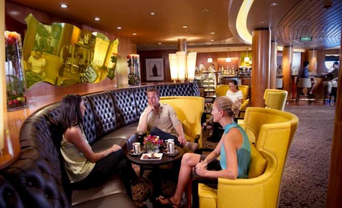 Een lounge en bar op de Celebrity Constellation